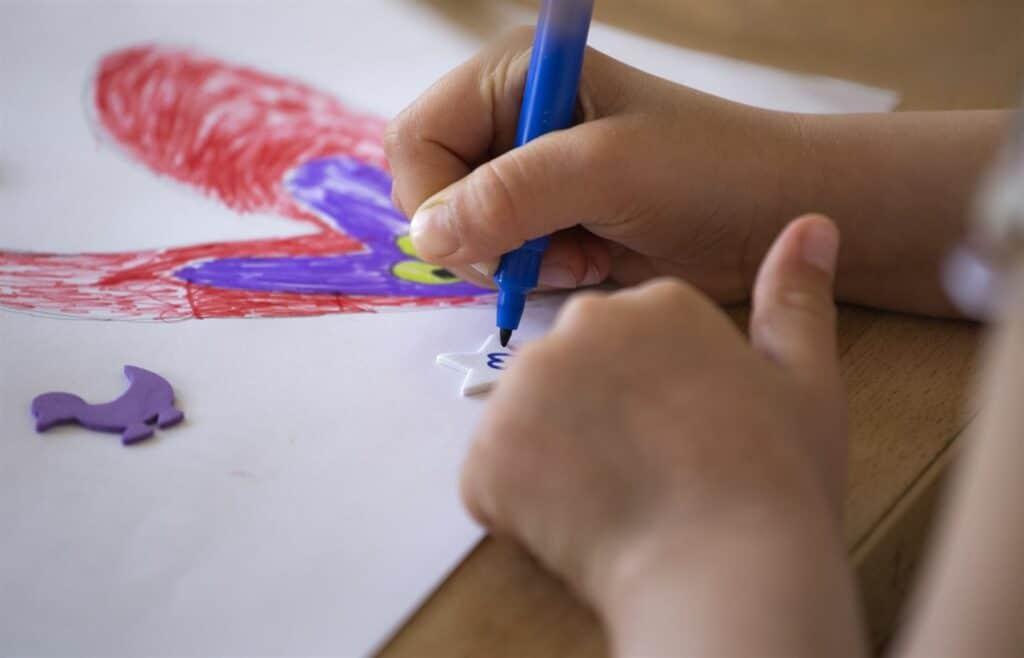 Förskolebarn ritar en teckning