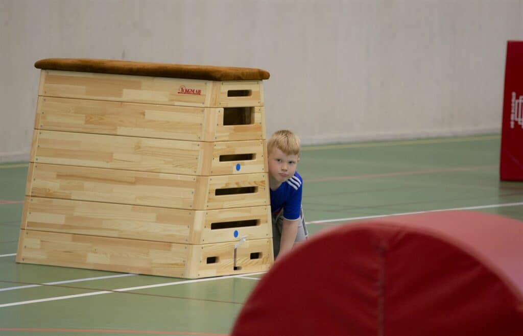 Lekande barn i gymnastikhallen
