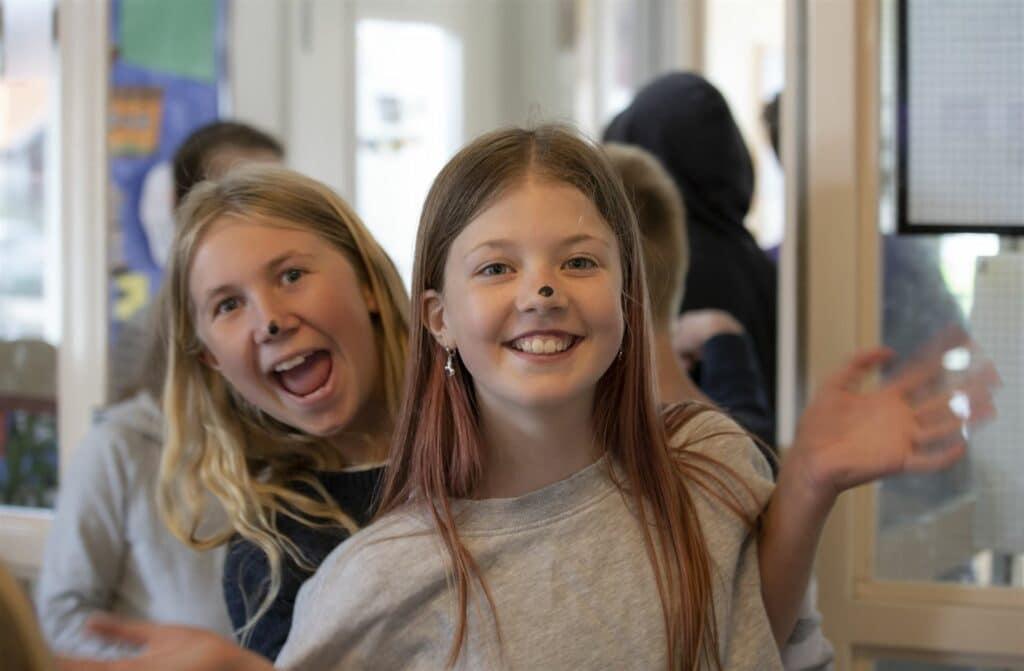 Glada barn i matsalen