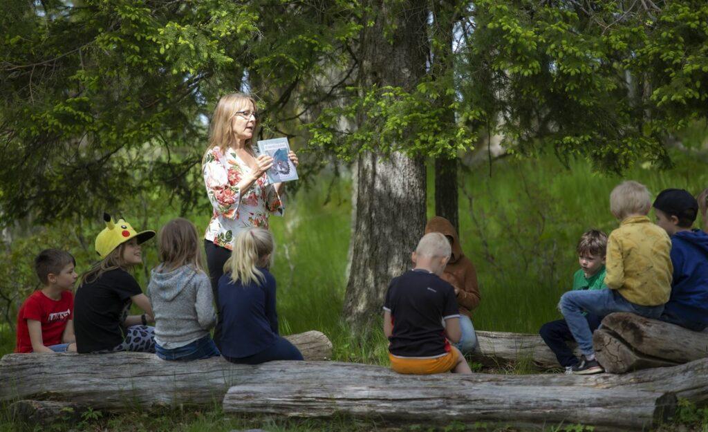 Sagoläsning för elever i skogen